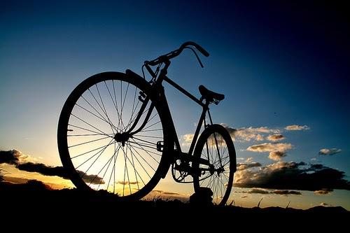 دراجة هوائية في صورة عكس الضوء