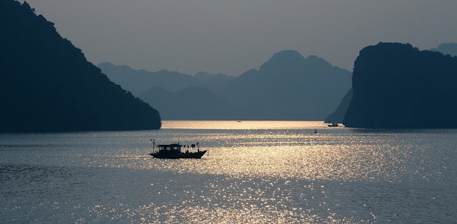 Admire the panoramic beauty of Halong Bay 3