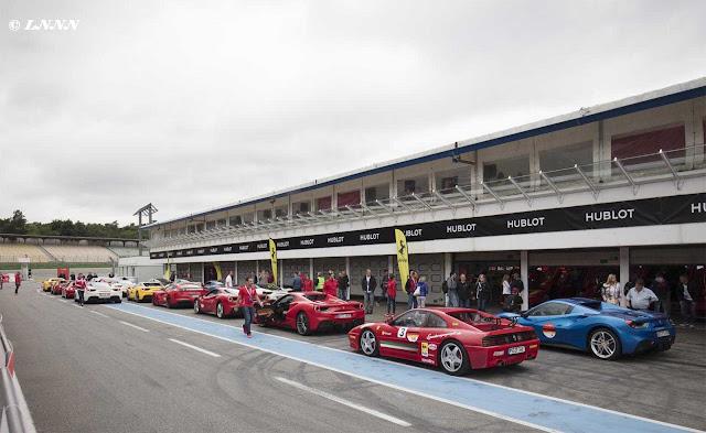 Ferrari Owners Day auf dem Hockenheimring, viele Ferraris stehen in zwei Reihen am Pitstop, Meschen, gelbe Ferrari Flaggen, 70 Jahre Ferrari