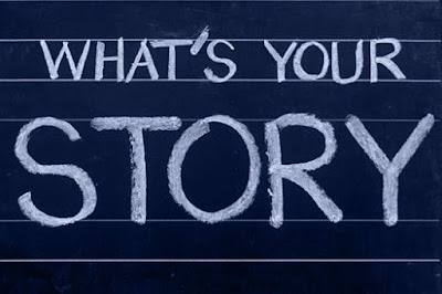 """What's your story"" escrito en tiza sobre pizarra"