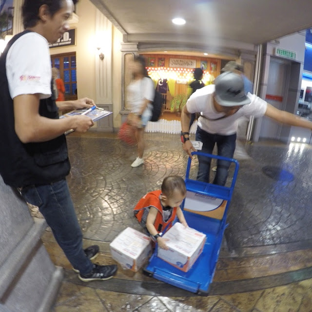 AJAR ANAK BUAT BAIK BERPADA-PADA, BUAT JAHAT JANGAN SEKALI,  KidZania, KidZaniaKL, KidZania Kuala LUmpur, Kalau korang nak latih anak di luar rumah, korang boleh bawa anak-anak korang ke KidZania Kuala Lumpur untuk sertai projek-projek amal (volunteer project) supaya anak lebih bersikap positif.