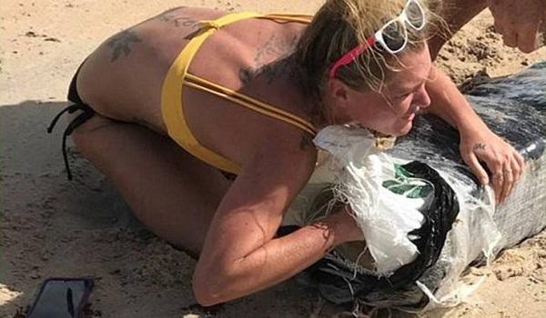 Η θάλασσα ξέβρασε ναρκωτικά και η ξανθιά έσπευσε να αρπάξει ό,τι μπορούσε