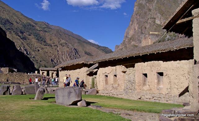 Construções incas na vila de Ollantaytambo, Peru