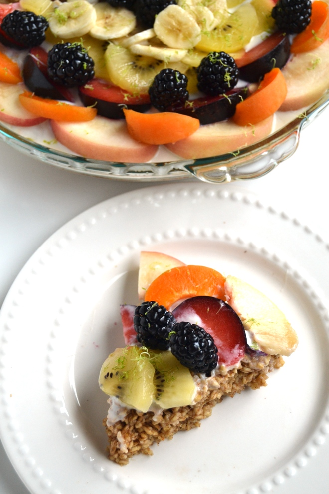 This Fruit Tart Baked Oatmeal is so easy to make, reheats well and is a healthy take on your favorite fruit tart or fruit pizza. Customize with your favorite fruit! www.nutritionistreviews.com