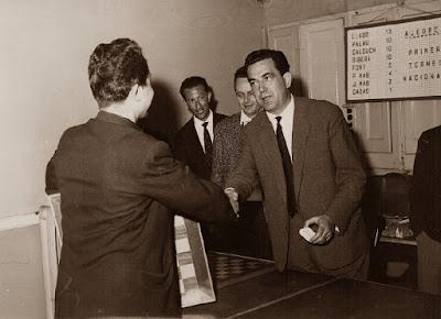 Josep Mas Gratacós recogiendo su premio en el I Torneo Nacional de Ajedrez de Granollers 1964