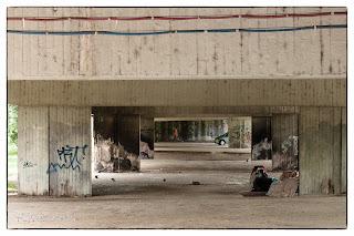 A szegedi Bertalan híd alatt hajléktalanok és graffitik