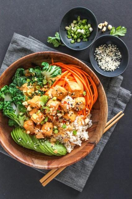 Thaí Peanut Tofu Buddha Bowl