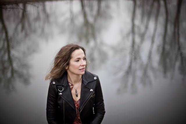 Joanna Bator na tle jeziora