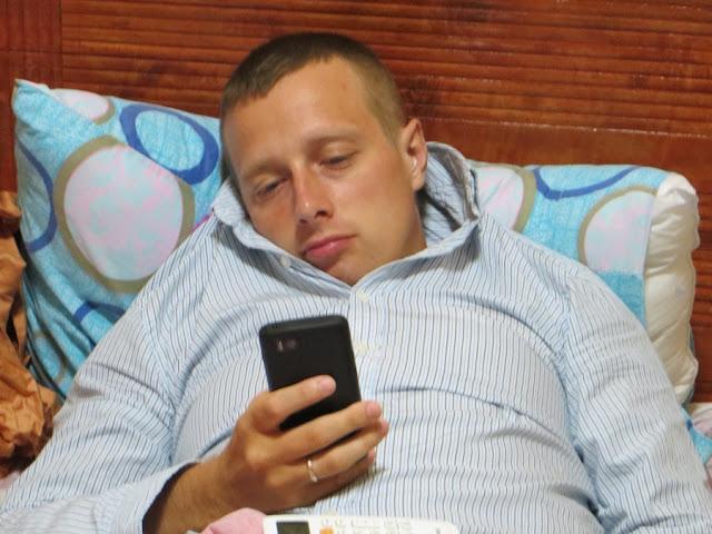 Сергей Балабин с телефоном в руке
