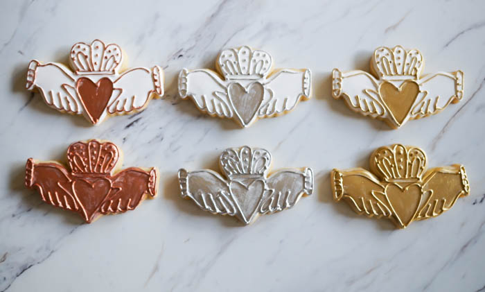how to decorate Irish claddagh ring cookies