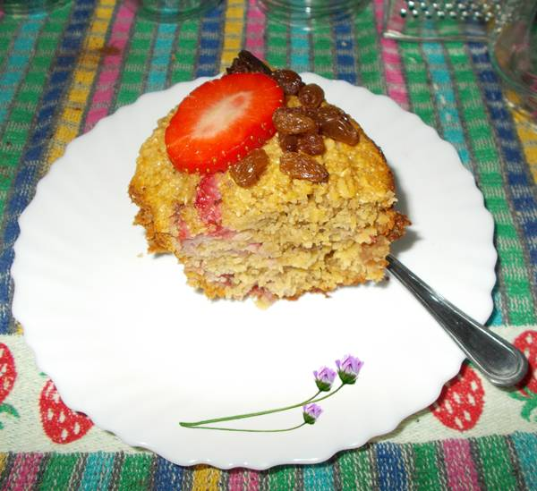 Receita de bolo de aveia com morangos e uvas passas