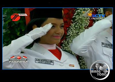 Gloria Natapradja Hamel saat penghormatan upacara penurunan bendera pusaka di Istana Negara Republik Indonesia.