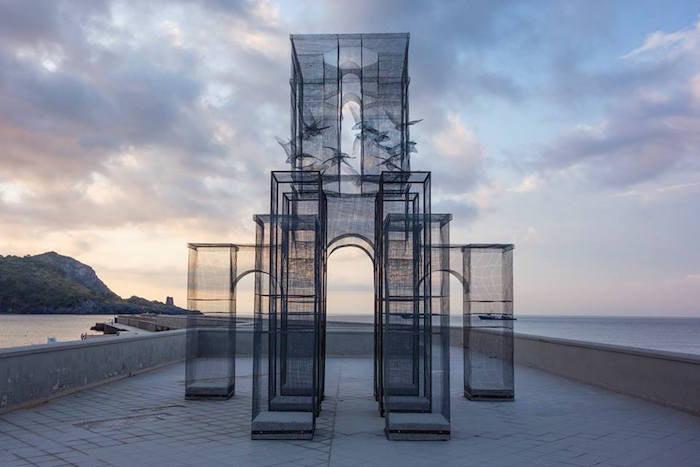 Una entramado escultura de alambre de malla por Incipit