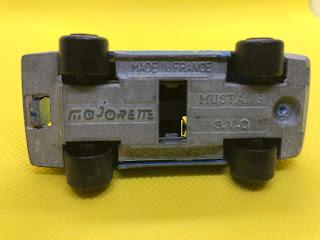 フォード マスタング のおんぼろミニカーを底面から撮影