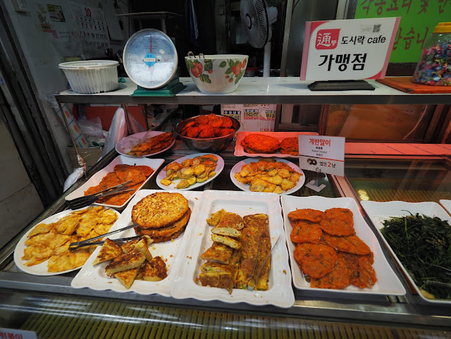 Rolled omelet and fried pancake sold at Tongin Market (통인시장)