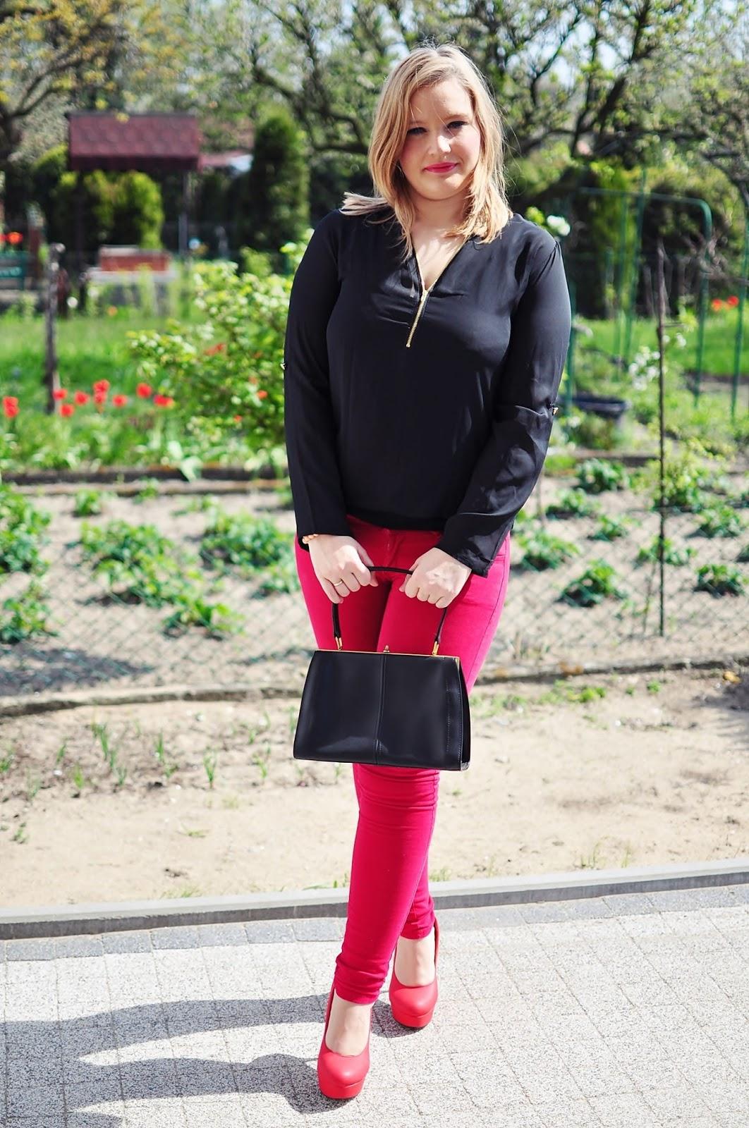 jak nosić czerwień, czarna koszulka