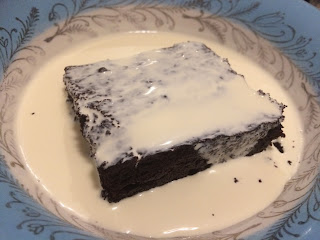 Gooey brownies with cream