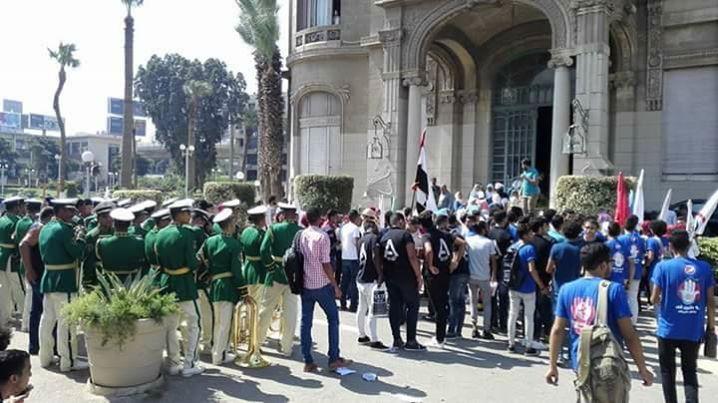 بالصور لاول مرة تحية العلم اول يوم جامعى بالجامعات المصرية بحضور الطلبة واساتذه الجامعة
