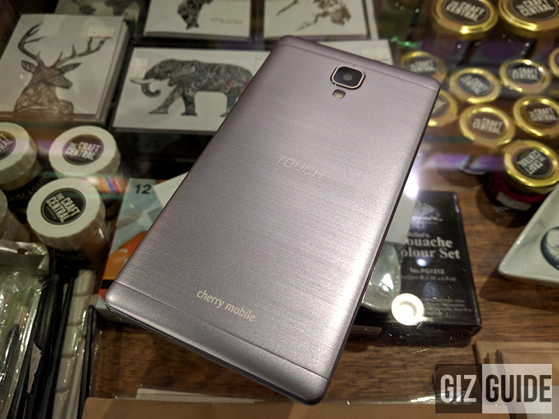 The brushed aluminum like plastic back of the phone