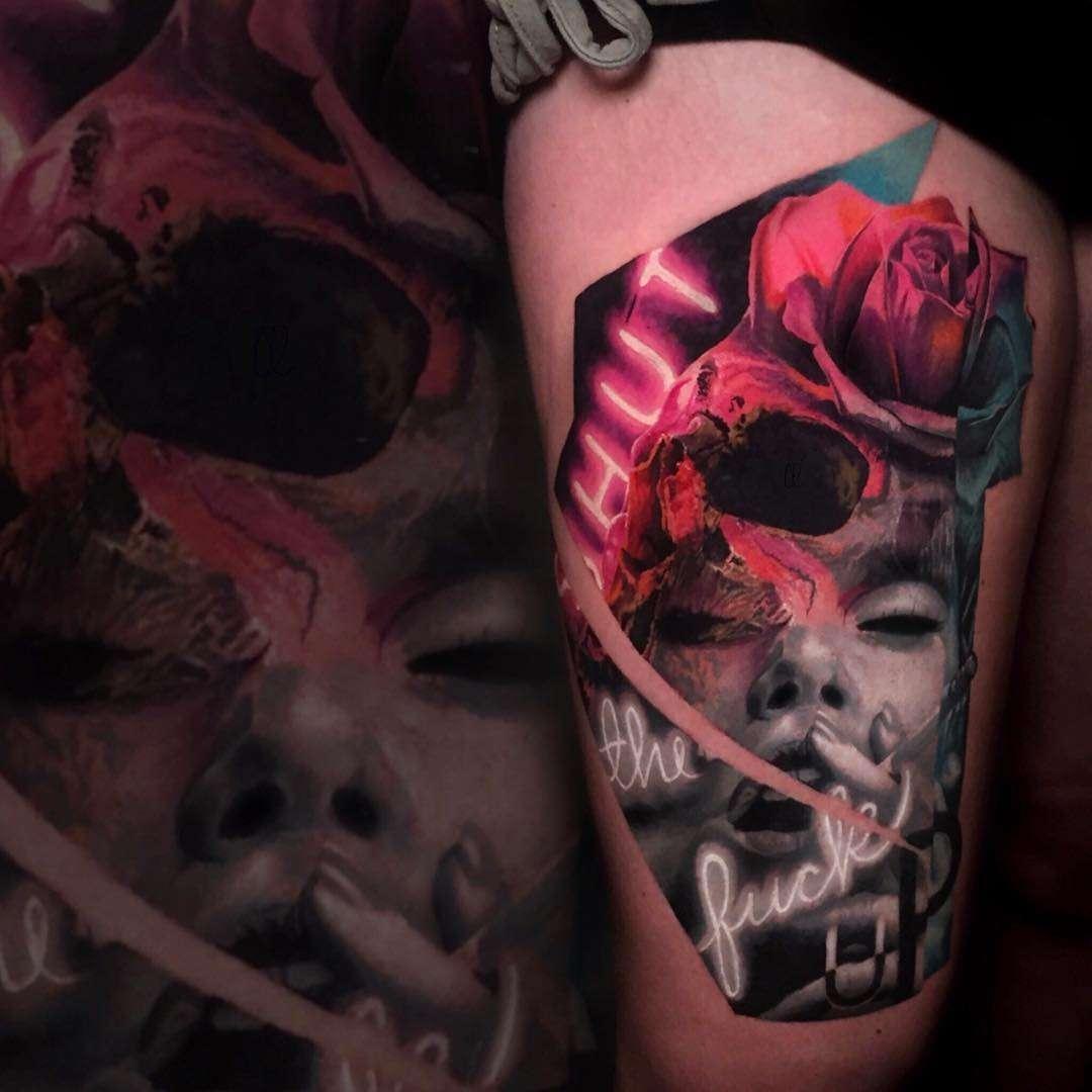 Tatuaje realista de una cara con una calavera y luces de neon