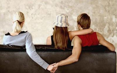 Mulher acaricia outro homem enquanto beija namorado