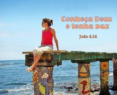 Mulher bonita com chinelo nos pés, sentada à beira-mar, de águas tranquilas, sob céu azulado.