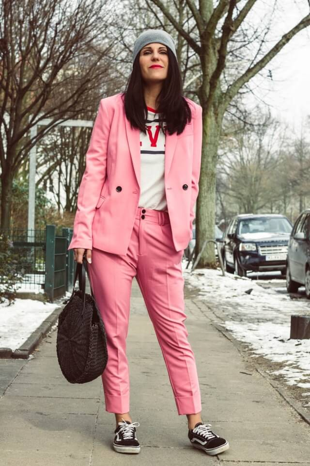 traje pantalón rosa