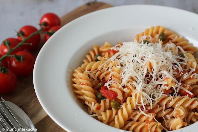 Fussili mit aromatischen Tomaten und würzigen Kapern.