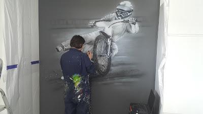 Malowanie obrazów na ścianie, mural żużlowca, malowanie na ścianie żużlowca, obraz w czarno-bieli, mural monochromatyczny