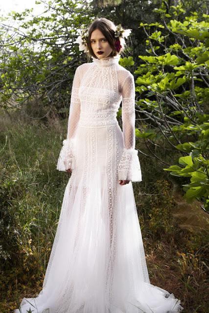 Vestido de novia con cuello cisne de Costarellos 2017 - Foto: www.harpersbazaar.com