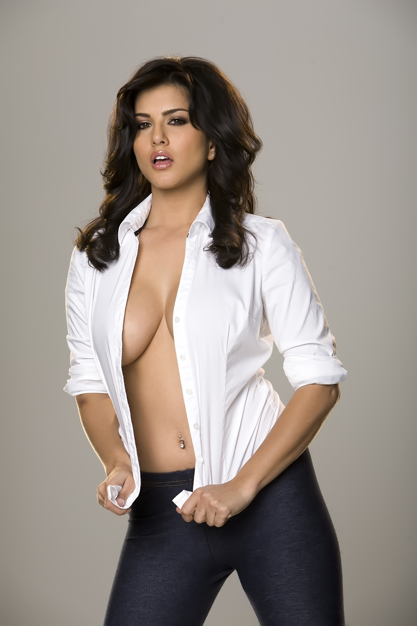 Sunny Leone Topless Hot Pics Showing Her Cleavage In Jism -4280