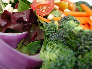 dużo warzyw z brokułami na pierwszym planie