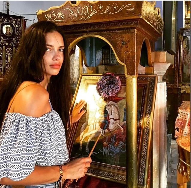 Η Αντριάνα Λίμα μπροστά στην εικόνα του Αγίου Γεωργίου