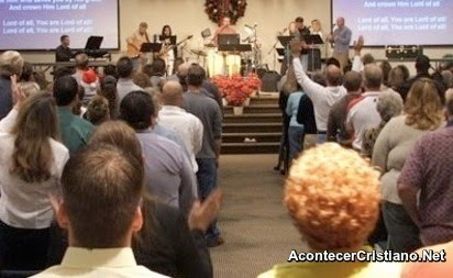 Evangélicos costarricenses en culto de iglesia