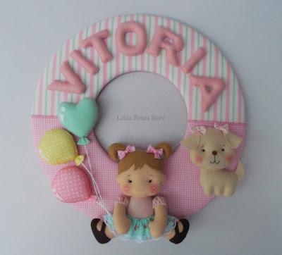 Enfeite porta maternidade guirlanda em tecido com boneca e cachorrinho em feltro