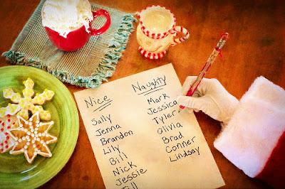 Babbo Natale scrive lista buoni e cattivi