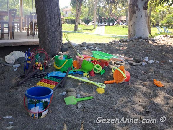 plajda kumla oynanması için bırakılmış oyuncaklar, Yonca Lodge Fethiye