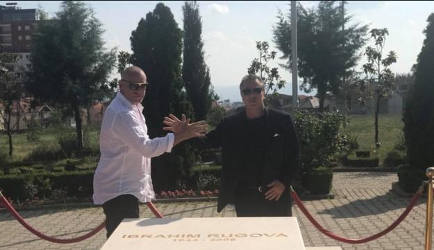 John Alite duke vizituar varrin e Ibrahim Rugovës në Prishtinë