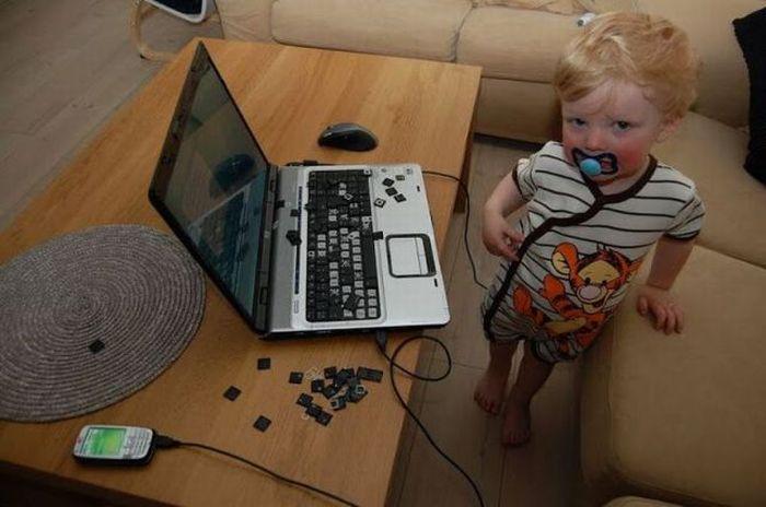 Дети любят кнопочки ноутбука