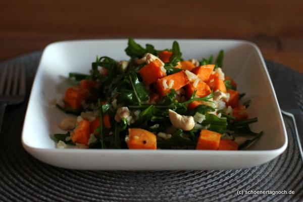 Salat mit gerösteten Süßkartoffeln, Naturreis und Rucola mit Zitronen-Olivenöl-Dressing