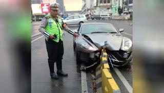 Polisi Selidiki Penyebab Pengemudi Mobil Mewah Aston Martin Tabrak Separator