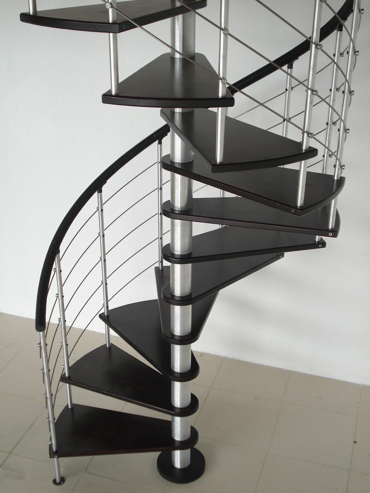 escalera caracol con eje central cromado y pasos en color negro