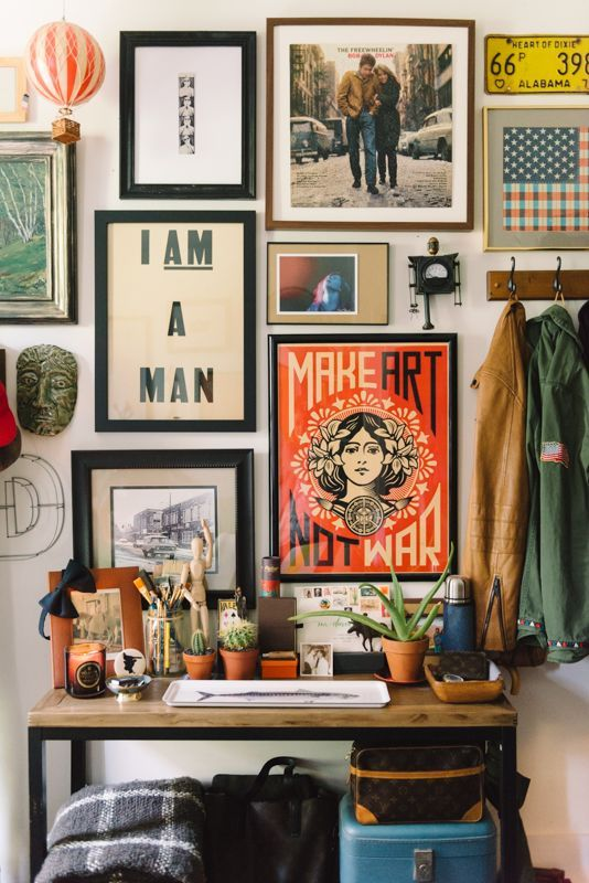 decoração de home office masculino com quadros no quarto