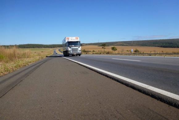 A PRF vai proibir o tráfego de veículos de carga pesada em pistas simples – as de apenas uma faixa – nos períodos compreendidos entre as 6h e 12h do dia 12 (quinta-feira); e das 16h às 22h do dia 15 (domingo)Imagem Divulgação/CNT