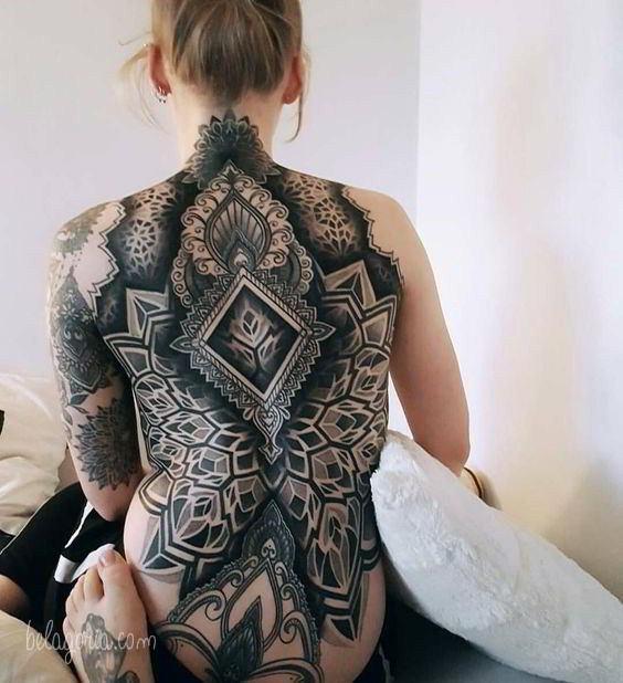 Vemos a una chica tatuada con diseños geometricos en la espalda
