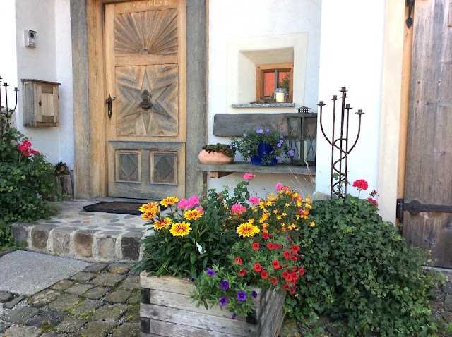 花壇のある玄関の写真