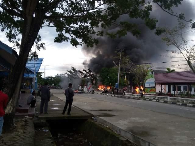 Sabtu 19 Desember 2015 : Kantor Gubernur Kalimantan Utara Dibakar Massa