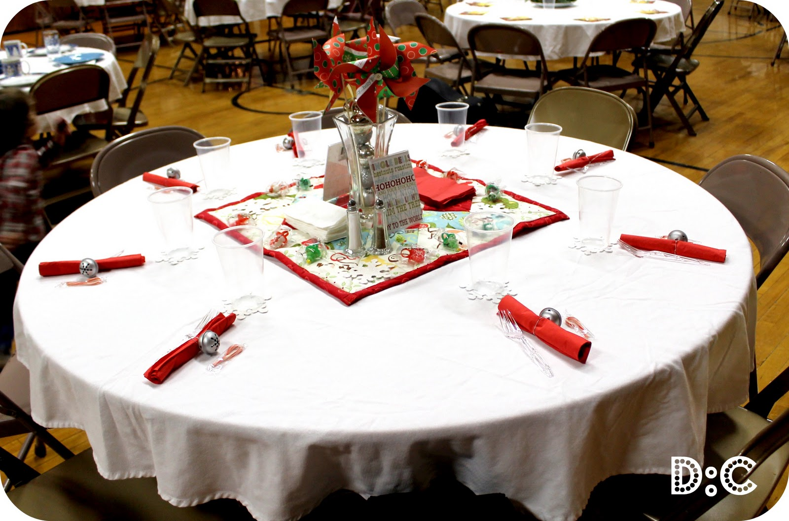 Destination craft christmas party table christmas party Round table decoration ideas