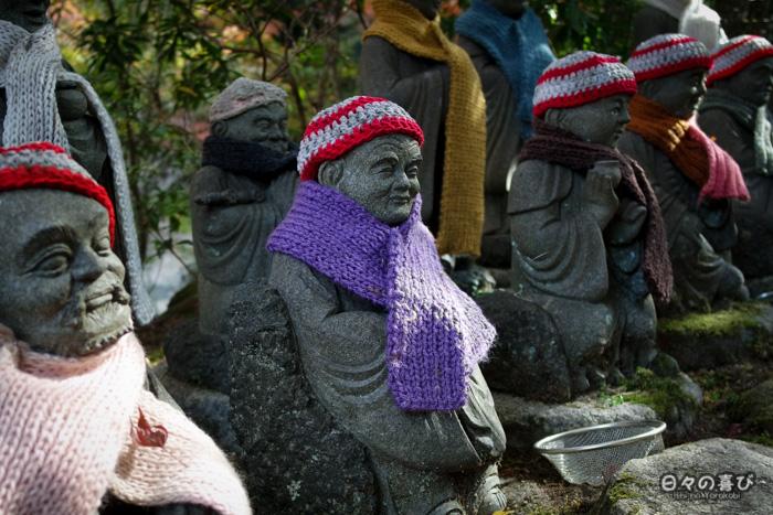 Statues vêtues de bonnets et écharpes, temple Daisho-in, Miyajima, Hiroshima-ken