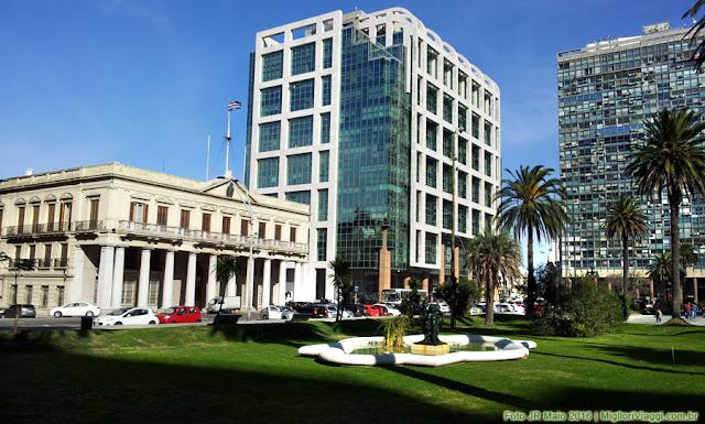 Antiga e nova sede da Presidência do Uruguai na Praça Independência
